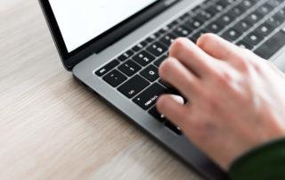 Mand får gratis webhotel via sin laptop